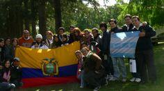 Nosotros y el coro de Uruguay con sus respectivas banderas.........
