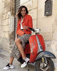 Piaggio Scooter, Vespa Lambretta, Vespa Scooters, Vespa Girl, Scooter Girl, Vespa Wedding, Red Vespa, Italian Scooter, Scooter Design