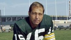 Bart Starr: Legendary Green Bay Packers quarterback dies at 85 - CNN Football Talk, Nfl Hall Of Fame, Bart Starr, American Football Players, Most Popular Sports, Sports Basketball, Professional Football, Gloria Vanderbilt, Fantasy Football