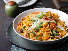 Zwei italienische Klassiker in einem – kleine Nudeln, die wie Risotto zubereitet werden. Frisches Gemüse und Parmiggiano dazu. Delizioso!