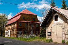 Dolní Podluží  Patrový podstávkový dům obdélného půdorysu s mansardovou střechou pochází z 18. až 19. století. Část přízemí je zděná s mohutným portálem s klasicistní výzdobou, uzavřeným prolamovaným půlkruhem. Zbylá část přízemí je bedněná stejně jako patro. https://www.google.com/maps/d/edit?mid=1megWioSlBxOtoyxeCINYrFYC8Pc&ll=50.8828785478969%2C14.573934524201035&z=17