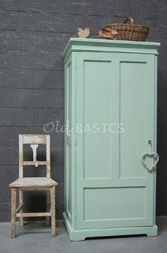 Kast 10097 - Unieke oude linnenkast, opvallend diep! De kast heeft een frisse groene kleur en een eigentijdse vormgeving. Achter de deur een legplank en een roede. Leuke kast om bijvoorbeeld op een kinderkamer te zetten!