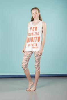 Pigiama da donna con maglia giro manica e pantalone pinocchietto. Disponibile in 2 varianti di colore. Maglia 100% cotone, pantalone 95% cotone 5% elastane. #pigiamiamoci #nightandday #trendy #urbanstyle #style #moda #donna #pajamas