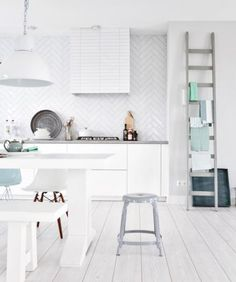 White on white interior design 2012 designs decorating home design room design Modern Kitchen Design, Interior Design Kitchen, Kitchen Designs, Mini Loft, Sweet Home, Home Decoracion, Cocinas Kitchen, Herringbone Tile, Scandinavian Kitchen