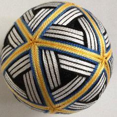手まり ねじり文様です。複雑な模様で網かごのようなイメージです。手まりというよりオブジェに近いかもしれません。日本的な工芸品として、海外へのおみやげや贈り物にもどうぞ。 もちろん、インテリアとして飾るのも結構です。 使用糸は5番刺繍糸、 土台から全て手作りです。(発砲スチロールは使用していません) 大きさは直径約10㎝、重量約80gです。