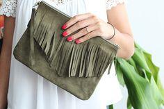 Pochette à frange en cuir velours kaki  : Sacs à main par lyria-m