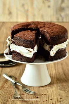 Sponge cake al cioccolato con crema di nocciole e panna | Cucina Scacciapensieri