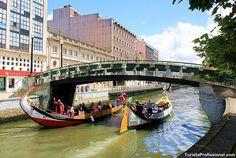 """It looks like Venice, but it's in Aveiro, Portugal. . Parece Veneza, né? Mas é em Aveiro, Portugal. Esses são os """"moliceiros"""", barcos que navegam pelos canais da """"ria"""", a foz do rio Vouga. Quer conhecer mais sobre Aveiro? Nós temos um roteiro da cidade!"""
