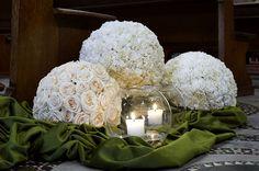 sfere chiesa Unique Centerpieces, Altar Decorations, Flower Centerpieces, Wedding Centerpieces, Wedding Decorations, Christmas Decorations, Modern Floral Design, Flower Arrangements Simple, White Wedding Flowers