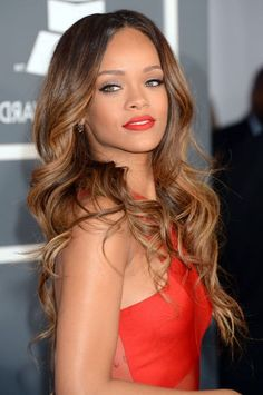 trendige frisuren, rihanna, rotes abendkleid, kleid, lange hellbraune haare