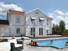 Mästergården ett hus i klassisk svensk byggstil. Vardagsrummet, köket och matsalen påminner om en balsal.