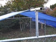 Excellent Pic Make your own dyi dog kennel roof cover . Excellent Pic Make your own dyi dog kennel roof cover … Dog Kennel Roof, Dog Kennel Cover, Diy Dog Kennel, Kennel Ideas, Dyi, Easy Diy, Dog Pen Outdoor, Diy Dog Run, Cheap Dog Kennels