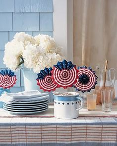 Celebrate the Fourth of July with our best holiday decorations and crafts using American colors, stars, and stripes. Patriotic Crafts, Patriotic Party, July Crafts, Art Crafts, 4th Of July Celebration, 4th Of July Party, Fourth Of July, Usa Party, Holiday Fun