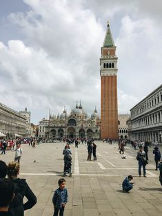 Ich war vor kurzem in Venedig. Das war mein fünfter Besuch in der Stadt der romanischen Gondelfahrten. Inzwischen kenne ich mich recht gut aus und laufe zum großen Teil ohne Stadtkarte herum. Über die Jahre habe ich nicht nur die Klassiker wie den Markusplatz und die Harrys-Bar besucht. Inzwischen habe ich ein paar Lieblingsecken in Venedig die ein wenig abseits der Touristenflut sind und diese werde ich heute gemeinsam mit den Klassikern für die Venedig-Neulinge mit euch teilen. San Francisco Ferry, Paintings, Building, Travel, Contemporary Dance, Romanesque, Viajes, Paint, Painting Art
