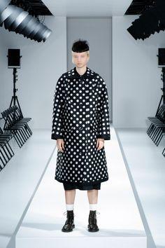 Fall 2021 Trend: Black & White [PHOTOS] – WWD Runway Fashion, Fashion Show, Fashion Trends, Paris Fashion, Latest Fashion, Fashion Beauty, Vogue, Sweater Making, Black White Photos
