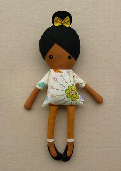 Muñeca de trapo con chongo, vestido y zapatillas