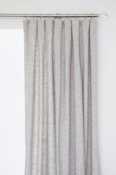 Vacker gardinlängd med struktur i 20% linne och 80% plyester. 250 cm lång. Gardinen har Comboband vilket innebär 4 olika uppsättningsmöjligheter med ett band (veck-, pennveck-, wave- och hällsgardin). Bredd 134 cm. Säljs i 1-pack.