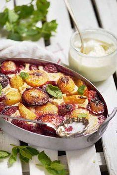 Den krämiga franska desserten Clafoutis passar fint att göra med plommon och aprikoser.