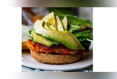 Jadis symbole de la malbouffe et pointé du doigt par les diététiciens, le burger a aujourd'hui la cote ! Food trucks, cafés et même restaurants gastronomiques... tous proposent des burgers savoureux et originaux, préparés avec des produits de qualité. Laissez-vous tenter par ces quelques recettes re...