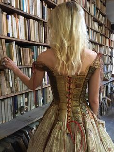 Amazing dress by french creator Sylvie Facon Additonnal credit : L'Oiseau de la pluie - Costumes et créations Steampunk Tendencies [ Twitter | Instagram | Facebook | Google+ | Pinterest ]
