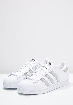 Adidas in weiß, sind sehr schön und haben auch noch Glitzer