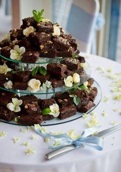 Super deliciosos, os brownies são bolos feitos com bastante chocolate e sem acréscimo de fermento. Super populares nos EUA (onde, provavelmente, surgiu), essa gostosura faz qualquer decoração ficar encantadora.