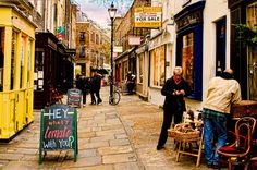 Eye-opening tours, trips to lavender fields, and secret parties: there is no shortage of things to do in London off the beaten path. Check out this list of 16 cool and unusual things to do in London! London Market, Camden London, London Shopping, London Tours, London Travel, North London, London Guide, Camden Passage, London Places