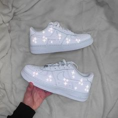 Sneakers Fashion, Fashion Shoes, Fashion Outfits, Fashion Fashion, Runway Fashion, Fashion Trends, Nike Shoes Air Force, Reflective Shoes, Baby Nike