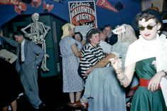 Halloween Party Yesteryear: 20 Found Photos from the - Flashbak 1950s Halloween, Vintage Halloween Photos, Halloween Pictures, Halloween Town, Holidays Halloween, Halloween Themes, Happy Halloween, Halloween Costumes, Vintage Holiday