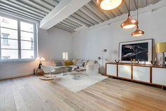Witte sofa en wit tapijt met authentieke houten parket