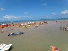 Areia Vermelha, quando a maré começa a subir. Um a um, pessoas, mesas, cadeiras, barcos, começam a sair e o mar abraça de volta o que lhe pertence.
