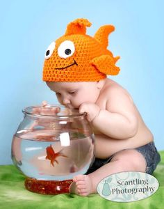 Crochet Goldfish Hat Pattern--this one is stinking cute, too! Crochet Kids Hats, Crochet Beanie, Cute Crochet, Crochet Crafts, Crochet Clothes, Crochet Projects, Knitted Hats, Knit Crochet, Booties Crochet