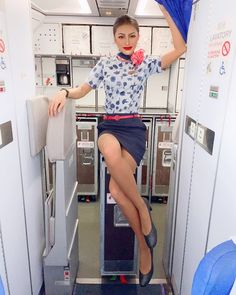 RAINIE HUAさんはInstagramを利用しています:「Morning~ . . . . . . . . #flightattendant #cabincrew #cabincrewgirls #flightattendants #flight✈️ #stewardess #stewardesslife #flygirl…」 Air Hostess Uniform, Flight Girls, Pin Up, Dating Girls, Pantyhose Legs, Nylons, Military Women, Girls Uniforms, Lovely Legs