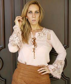 Blusa M/Longa flare  c/detalhe renda e amarração. Cor Rosê.  ✔💻www.santollo.com.br ✔DÚVIDAS ❓❔ ✔☎📞Comercial (34) 33166586 /WhatsApp (34) 988112985  📩santollomodas@hotmail.com ✔📦Enviamos para todo Brasil
