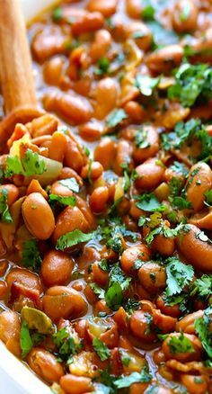 This drunken beans recipe (also known as frijoles borrachos) is simmered in beer, bacon and seasonings, and comes together in just 30 minutes! These drunken beans (frijoles borrochos) are simmered in bacon and beer, and ready to go in just 30 minutes! Drunken Beans, Side Dish Recipes, Dinner Recipes, Lunch Recipes, Good Food, Yummy Food, Comida Latina, Le Diner, Mexican Dishes