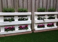 Tolle Idee wenn man einen langweiligen Zaun etwas auffrischen möchte und noch Paletten ürbig hat. Einfach Paletten Blumenkasten bauen