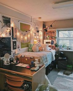 Best Dorm Room Decoration Ideas You'll Want To Copy college dorm room, dorm room organization ideas, dorm room decor, teen room decorations Uni Room, College Dorm Rooms, Girl College Dorms, College Life, Funny College, College Apartments, Kids Room, Cool Dorm Rooms, Diy Dorm Room