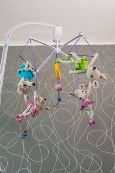 Háčkovaný+myší+cirkus+-+kolotoč+nad+postýlku+Háčkované+myšky+akrobatky+z+cirkusu+na+kolotoči+nad+dětskou+postýlku.+Hracjí+strojek+otáčí+myškami+a+zároveň+hraje+ukolébavku,+na+strojku+je+celkem+12+známých+ukolébavek+a+funguje+na+dvě+tužkové+baterie.+V+ceně+je+celá+konstrukce+kolotoče,+hrací+strojek+i+myšky.