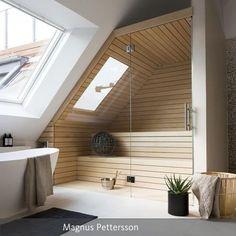 Dachgeschoss: Einbau einer Holzsaune mit Glasfront im Badezimmer. Die gesamte Wohnstory auf roomido.com #roomido