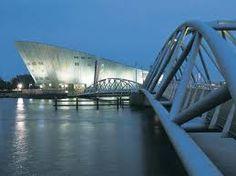 Enige tijd geleden was ik naar Nemo geweest  in Amsterdam. Ze hadden verschillende onderwerpen: Puberteit (gedrag), Genitica (mens), Techniek, Scheikundige proeven. Het leukst vond ik die scheikundige proeven.