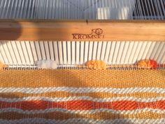 "Telaradas: Tutorial para tejer ""nido de abeja"" Weaving Art, Lana, Ganchillo Ideas, Poli, How To Knit, Scarf Knots, Yarns, Bees"