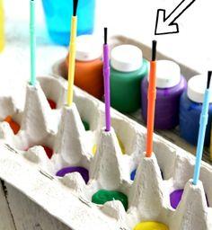 Mit einem leeren Eierkarton hältst du das Chaos beim Malen in Grenzen. | 100 geniale Lifehacks für Eltern, die Dein Leben leichter machen