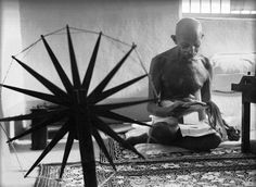 Margaret Bourke-White Gandhi , India 1948 This photo was taken just a few hours before Gandhi was assassinated. It shows Gandhi next to his spinning wheel, which he used to make hand-woven cloth. Famous Photos, Iconic Photos, Photos Du, Henri Cartier Bresson, Documentary Photographers, Female Photographers, Mahatma Gandhi, Gandhi Life, Gandhi Quotes