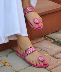 Pretty in pink! Hand made footwear, from Rajasthan, of course! is part of Indian sandals - Style Boho, Look Boho, Women's Shoes, Me Too Shoes, Sandals Outfit Summer, Toe Ring Sandals, Flat Sandals, Pink Sandals, Girls Sandals