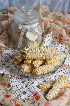 Biscuiti spritati, cu untura - CAIETUL CU RETETE Sweets Recipes, Cooking Recipes, Desserts, Jacque Pepin, Brownie Cookies, Something Sweet, Biscotti, Baked Goods, Good Food