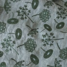 いいね!55件、コメント1件 ― エンベロープ オンラインショップさん(@envelope_onlineshop)のInstagramアカウント: 「. … SALE … 〈 サック・アルパン1 〉 . 新緑の山とやわらかな青い空色に、野山に咲く草花をモチーフにした刺繍を施したオリジナルの生地を使っています。 夏のネイビーのワンピースに。 .…」