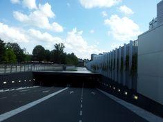 Ingang tot parkeer garage in Rotterdam. Ik vind het een briljante idee een voorbeeld hoe kunnen tegenstrijdige dingen gecombineerd worden.