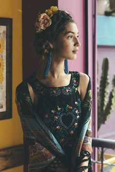Flower crown and hairstyle inspired by Frida Kahlo Hippie Style, Mode Hippie, Bohemian Mode, Bohemian Style, Boho Chic, My Style, Mexican Fashion, Mexican Style, Indian Style