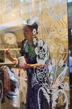 Marisa: Pintar el cristal también es una buena forma, muy original y personalizada de decorar los escaparates.