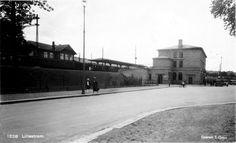Akershus fylke Skedsmo kommune. Lillestrøm stasjon.Til venstre på bildet seesxden gamle stasjonsbygningen og til høyre den nye. Nybygget stod ferdig i 1929. Det ble tatt i bruk 1933 og offisielt åpnet året etter.   Foto S. Gran
